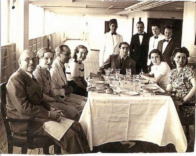 DEJEUNER FAMILIAL SUR LE BATEAU. EN BOUT DE TABLE LE SHAH D'IRAN. A DTE LA REINE NAZLI ET LA REINE FAWZIA D'IRAN.