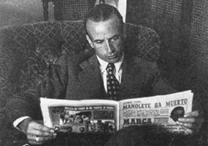 DON ALVARO LISANT LE JOURNAL ANNONCANT LA MORT DE MANOLETE.