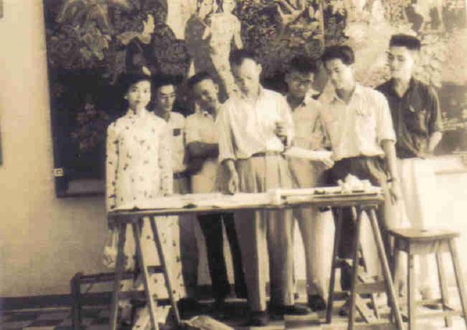 1954. LE PROFESSEUR NGUYÊN SAO et LA PREMIERE PROMOTION CLASSE PREPARATOIRE. ..........A gauche : TRUONG THI THINH UNIQUE FILLE.