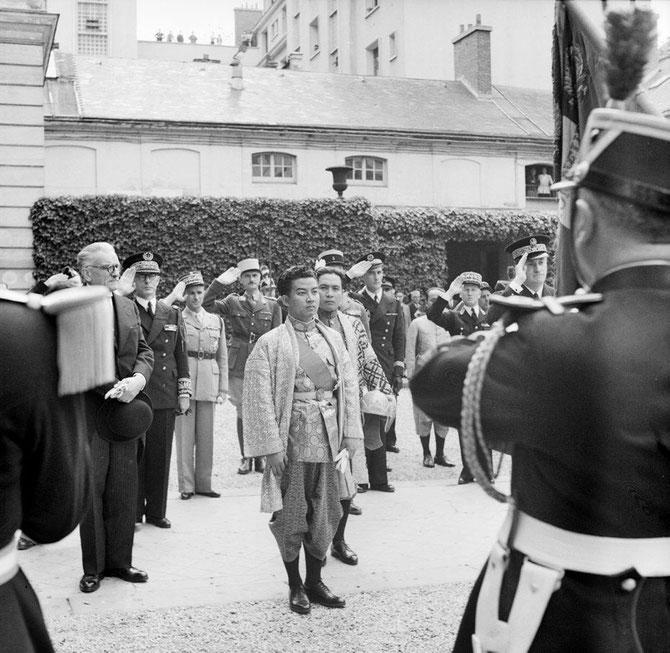 JUIN 1946. PREMIER VOYAGE OFFICIEL DU JEUNE ROI NORODOM SIHANOUK à PARIS.  LE PRINCE SISOWATH MONIRETH , PREMIER MINISTRE, CONDUIT LA SUITE ROYALE..  PRESENTATION DU DRAPEAU AVANT L'ENTRETIEN DU ROI AVEC LE PRESIDENT DU CONSEIL  FELIX GOÜIN (1884 + 1977)