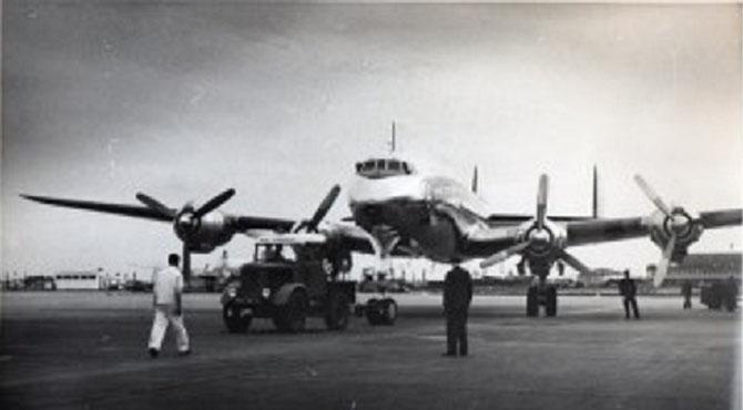LE DC6 QUI RAMENE LA DEPOUILLE DE S.A.R SISOWATH MONIPONG, DU BOURGET à PHNOM-PENH