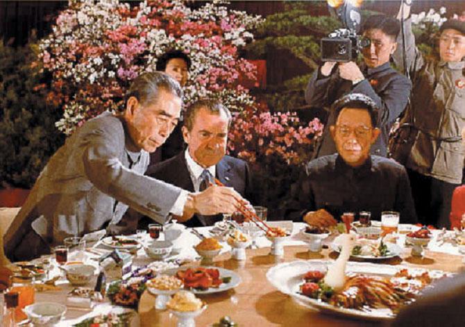 SHANGHAI FEVRIER 1972 . UNE  PHOTO  OFFICIELLE en couleurs. CHOU-EN-LAI et NIXON
