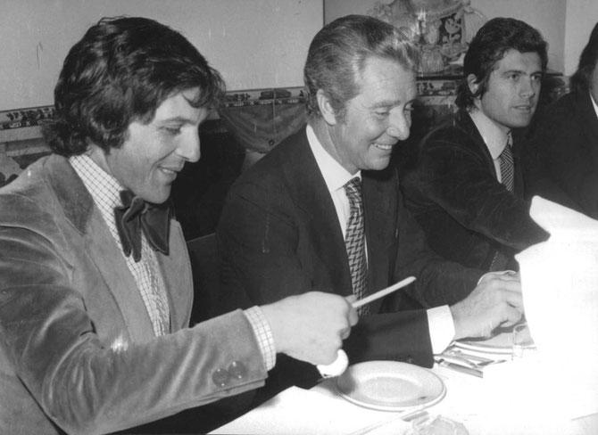 1970/1972. de g. à dte. PHIL READ, CORRADO AGUSTA, GIACOMO AGOSTINI. DÎNER CHEZ LE CHINOIS. PHIL ET LES BAGUETTES..