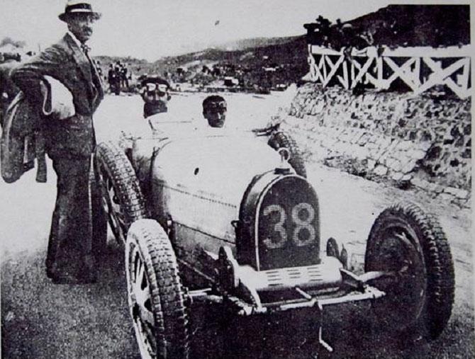 24 Avril 1927  TARGA FLORIO 108km. Circuit delle Madonie. A.D. ARRIVE 6è AVEC SA BUGATTI Type 35C N°38 derrière la BUGATTI N° 22 de Ignazio PALACIO . E. MATERASSI 1er, C. CONELLI 2e, A. MASERATI 3e, A. BOILLOT 4e.   C* Fundation Prestige Bugatti