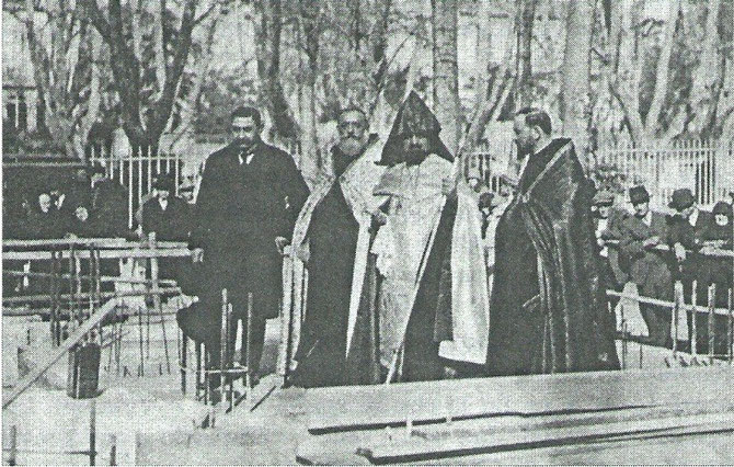 12 FEVRIER 1928.    MGR BALAKIAN BENIT LES 12 PREMIERES PIERRES ANGULAIRES DES FONDATIONS AVEC LE SOURP MURON (SAINT-CHRÊME). A gauche LE BIENFAITEUR, MR. KHORASSANDJIAN, VEUF ET SANS ENFANTS, RICHE INDUSTRIEL DE BRUXELLES.