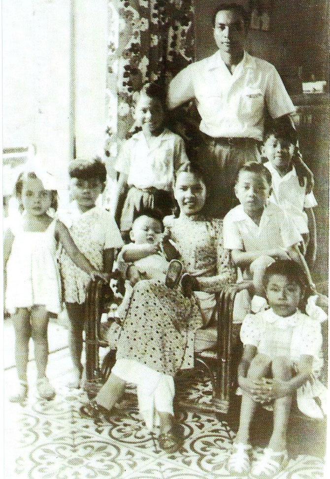 """1948 Haiphong. Giao est debout sur la gauche à côté de son père. """" En 1948 je retourne à Haiphong pour entrer au collège français Henri-Rivière. situé à côté du cimetière de la ville, près de la mairie. """" Giao page 39. Photo extraite du Livre de Giao."""