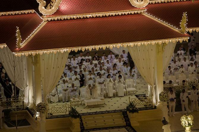 Lundi soir 4 Février 2013.  La Crémation vient de commencer la Reine-Mère et le Roi éclatent.  en sanglots