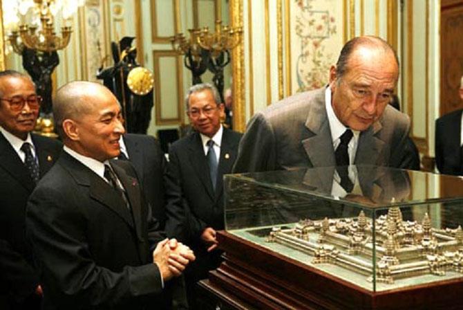 20-22  Nov. 2006. VISITE D'ETAT DU ROI en FRANCE. PT. Jacques CHIRAC devant la maquette ANGKOR