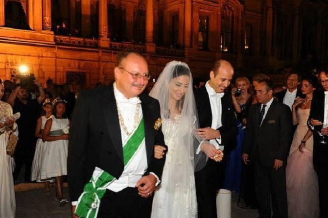 PALAIS CIRAGAN 30 AOÛT 2013. S.M. LE ROI FOUAD II D'EGYPTE ET LES JEUNES PRINCES MARIES LA VEILLE AU COURS D'UNE CEREMONIE PRIVEE CHEZ LA PRINCESSE TILSIM DE LIECHTENSTEIN. LE ROI PORTE L'ORDRE D'AL KAMAL ET LE COLLIER DE MOHAMMED ALI.