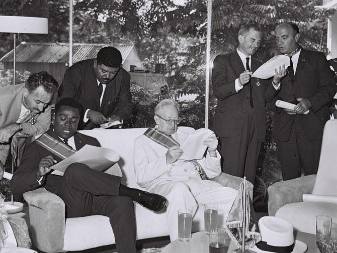 DAVID DACKO (1930 + 2003) RENVERSé FIN 1965 PAR BOKASSA. REVIENT COMME PRESIDENT DANS LA SOUTE DU TRANSALL AVEC LES PARAS. ICI LE 8 AOÛT 1962 avec LE PT YITZHAK BEN ZVI