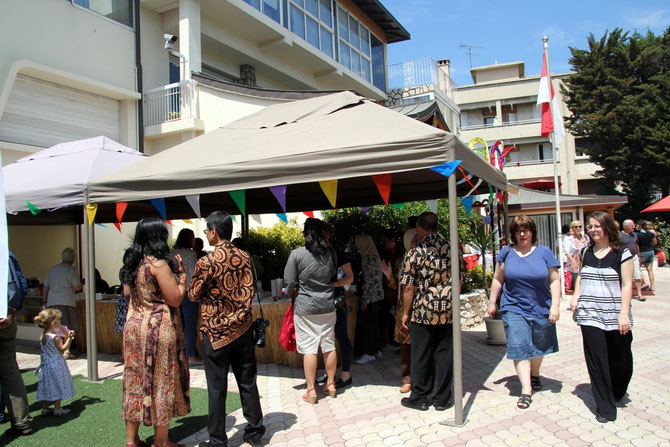 De dos, Madame Windi Christina MESSINA et le Consul Harya K. SIDHARTA veillant au bien-être de chaque invité.