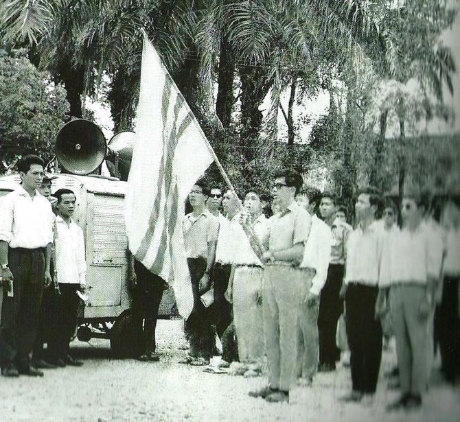 1966. HUÊ. GIAO à l'extrême gauche avec le Mouvement des étudiants. Extraite du Livre de Giao.