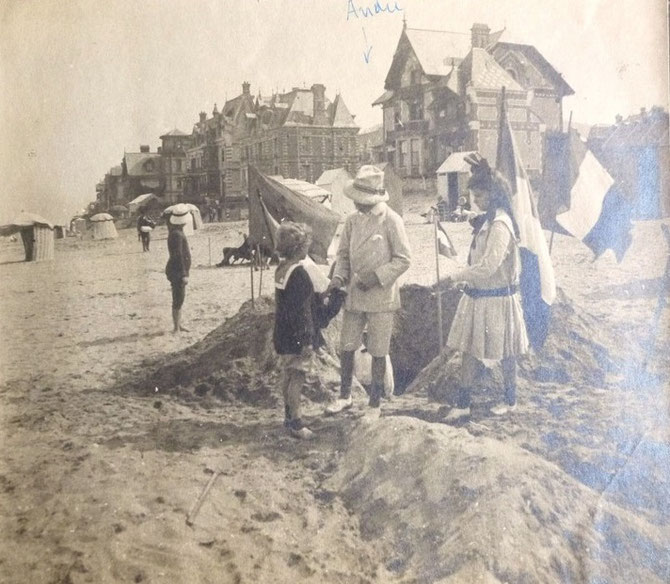 HOULGATE. Circa 1905/1910.  AU CENTRE ANDRE DUBONNET. A l'arrière plan  LES MOUETTES.