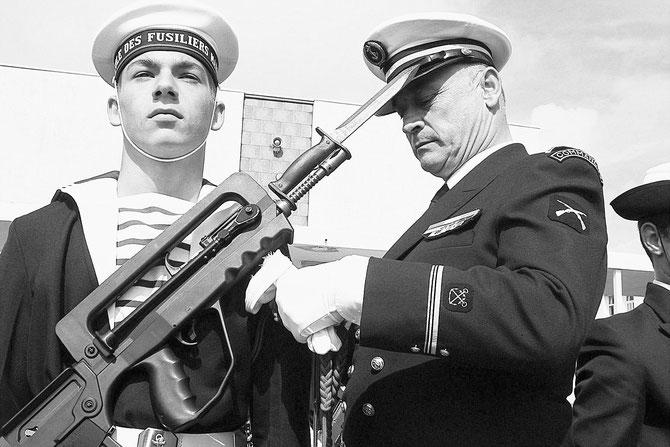 Samedi 20 Mai 2006 . LORIENT. REMISE DES  FOURRAGERES, ECOLE DES FUSILLERS MARINS.    ......Un jeune fusiller marin reçoit ses fourragères des mains de son Grand...Père.....C* Le Telegramme