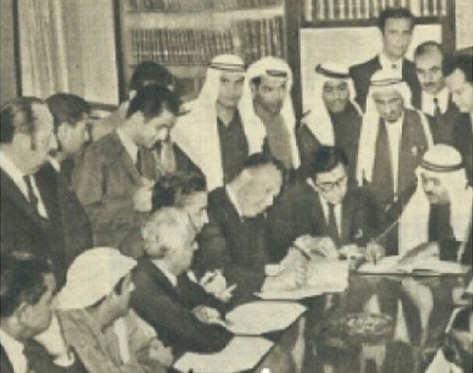 LE SHEIKH RACHID AL-QASIMI  ASSIS à dte.