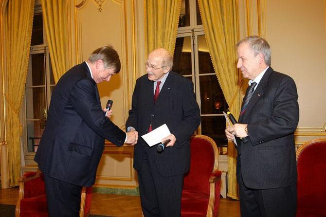 """28 JANVIER 2008. REMISE à L'ARCHIDUC OTTO DE HABSBOURG DU PRIX 2007 DU NOUVEAU CERCLE DE L'UNION POUR """" LE NOUVEL DEFI EUROPEEN """" - CONVERSATIONS AVEC JEAN-PAUL PICAPER ( Ed. FAYARD)"""