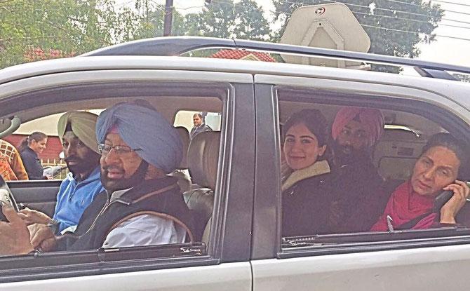 Une famille démocratique .....Captain AMARINDER SINGH, avec  son frère MALWINDER SINGH. au volant. Plus de place sur la banquette arrière pour Maguy et son Nikon rose.