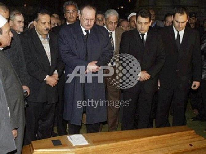 30 JANVIER 2005. LE CAIRE. MOSQUEE AL RIFAÏ. LE ROI FOUAD II SE RECUEILLANT SUR LE CERCUEIL DE SA SOEUR FAWZIA.