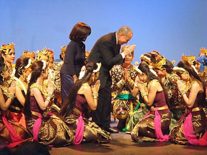 """THEÂTRE CHAKTOMUK. 27 Oct.2009.  S.A.R  BUUPHA DEVI, S.M NORODOM SIHAMONI félicitent le Corps de BALLET ROYAL pour leur performance dans  """"YNAV et BOSSEDA"""" chorégraphié par la Pcesse B. DEVI .  . C * Andy BROUWER . Blogger"""