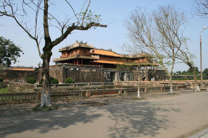LA PORTE DU MIDI (NGÔ MÔN) miraculeusement épargnée par les bombes. EN COURS DE RESTAURATION sous l'égide de l'UNESCO.  C*   www.travelplugin.com/citadelle-hue-destruction-guerre