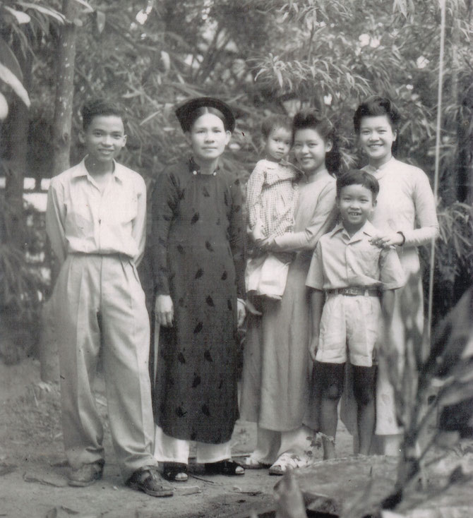 Circa 1948. de gauche à dte : NGOC-AN (COUSIN, MARI DE TINY YONG), Mme NAM SON, HOAI-AN DANS LES BRAS DE NGOC-TRÂM (MAMAN DE KIM-KHÔI), AN-KIÊU, KIM-THOA. C* NGÔ KIM-KHÔI