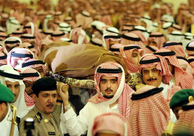 Mardi 2 Août 2005. Au centre, le Prince ABDUL AZIZ 32 ans, porte avec ses aînés le corps du Roi Son Père.