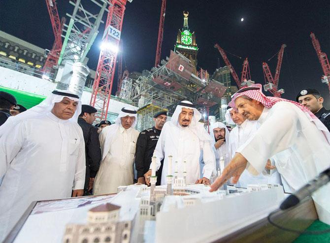 Mai 2017 . LA MECQUE. Le Roi Salman visite le chantier de la  GRANDE MOSQUEE. A droite Bakr bin Laden.