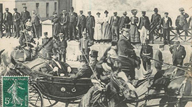 JUILLET 1906.  ARRIVEE  à PARIS DE SA MAJESTE . LANDAU DE GALA, ACCOMPAGNE DE MESSIEURS JEAN LANES, DE FOUGUIERES, et MERAY.  LA SUITE DU ROI COMPRENAIT LES PRINCES ET PRINCESSES, LES MINISTRES, et LES TURBULENTES DANSEUSES DU BALLET ROYAL.
