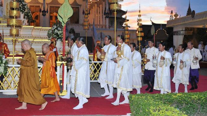 Les BAKOUS, Brahmanes  gardiens des objets sacrés du Palais. Ils se transmettaient leur charge de père en fils.  Dispersés par le régime Lon Nol en 1970, ils ont ainsi échappé au génocide de 1975. Leur fonction fut rétablie en 1993 par le Roi Sihanouk .