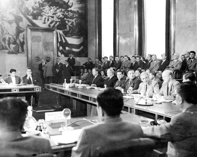 ACCORDS DE PAIX 21 JUILLET 1954 à GENEVE.  DE DOS,  LA DELEGATION NORD-VIETNAMIENNE