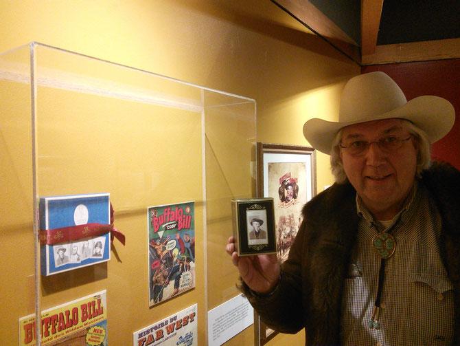COLORADO. DENVER MUSEE BUFFALO BILL.  François CHLADIUK présente un écrin chocolat bleu de Pierre LE-TAN  (à gauche sur le mur) et  une boite de thé  dédiée depuis 1907 à Buffalo Bill  (dans sa main)