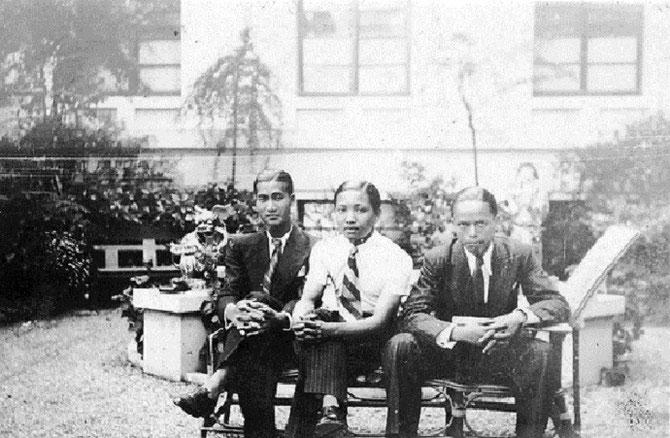 CIRCA 1932. PARIS LA CITE UNIVERSITAIRE. VU CAO DAM à droite AVEC 2 AMIS ETUDIANTS.  C* YANNICK VU JAKOBER.