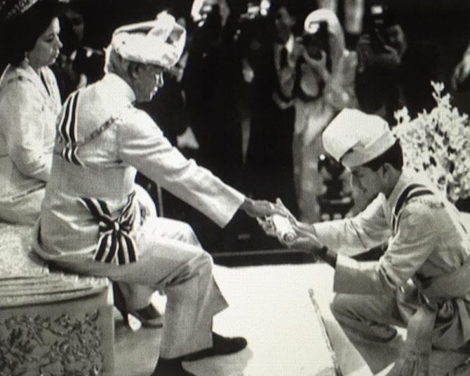 DE 1989 à 1994,PRINCE HERITIER - RAJA MUDA - LE JEUNE ADOLESCENT EST NOMME REGENT PENDANT QUE LE SULTAN AZLAN ASSUME SA CHARGE DE ROI DE MALAISIE.