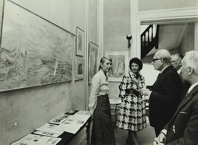 LA REINE FARIDA AVEC SOLANGE TARAZI (PEINTRE LIBANAISE 1923-1985), FOUAD SARRUF (1900-1985, Pt. AMERICAN UNIVERSITY BEYROUTH), ANDRE LELEU (EBENISTE, DECORATEUR), MASSé.