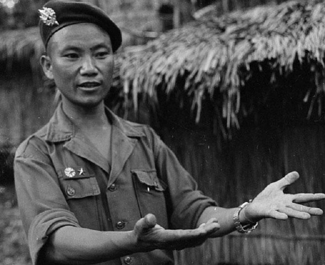 1957.  Seul chef militaire Hmong à commander une unité du RLA (10è bataillon) le Capitaine VANG PAO, talentueux et ambitieux vient d'achever en  Avril une formation spéciale de Scout Ranger à Manille. .............1920 Xieng Khouang Laos + 2011 Clovis CA
