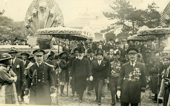 PAUL REYNAUD, MINISTRE DES COLONIES ET SES INVITES AU PAVILLON DE LA COCHINCHINE. ON PEUT VOIR ENCORE AU PALAIS DE LA PORTE DOREE LE SALON QUI LUI SERVAIT DE RECEPTION ET DE BUREAU. VOIR LA PHOTO SUIVANTE.