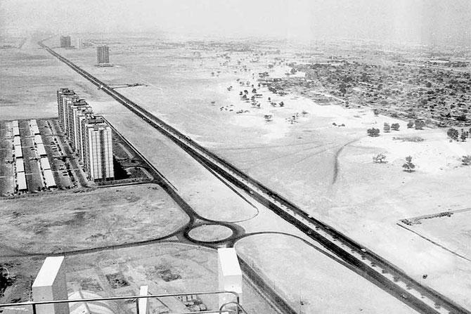 """ANNEES 1970 """"ABOU DHABI ROAD"""". REBAPTISEE """"SHEIKH ZAYED ROAD"""" PAR L'EMIR MAKTOUM. PRINCIPALE ARTERE DE DUBAI, PARTIE INTEGRANTE DE L'AUTOROUTE E11 QUI TRAVERSE LES E.A.U."""
