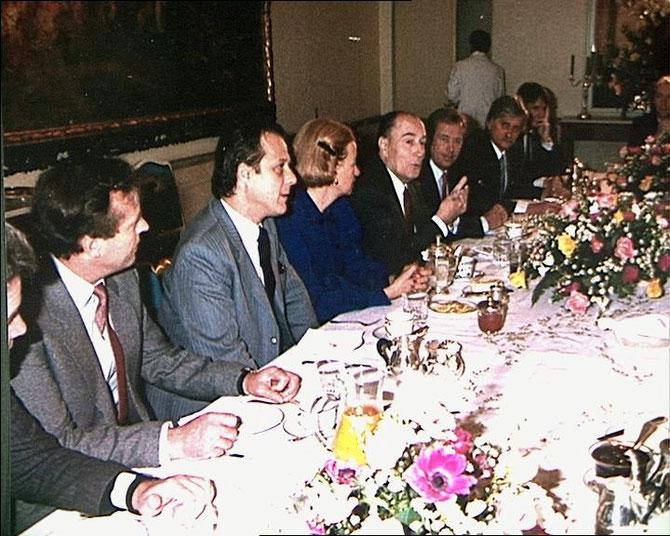 """9 DEC. 1988. PALAIS BUCQUOY  PRAGUE.  PETIT DEJ' : à g. DU PT. MITTERRAND, VACLAV HAVEL VENU AVEC SON BALUCHON et S'EXCUSANT AUPRES DU PT. FRANCAIS : """"J'AI EMMENE MES AFFAIRES DE TOILETTE, IL SE PEUT QU'E J'AILLE DIRECTEMENT EN PRISON EN SORTANT D'ICI."""""""
