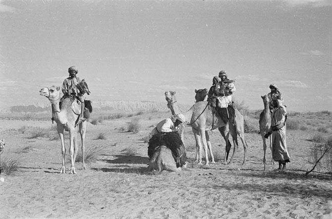 C* Sir Wilfred THESIGER (1919+2003). Photo entre les 6-30 Avril 1948. Accueilli et reçu au Fort Muwaiji par Sheikh Zayed,  toute sa vie Sir Wilfred ne cesse de me parler de la générosité extrême du Père de la Nation.