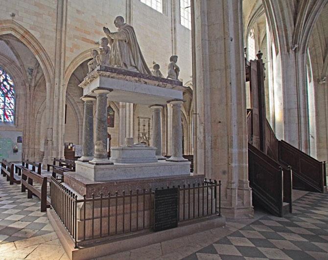 EN 1622 CE CENOTAPHE DE MARBRE, COMMANDE PAR LOUIS XIII, REMPLAçA CELUI REALISE EN 1492 PAR CONRAD DE COLOGNE ET SACCAGE EN 1562 PAR LES TROUPES DU PRINCE DE CONDE QUI VOLERENT LA STATUE DE BRONZE ET  DISPERSERENT LES DEPOUILLES ROYALES.