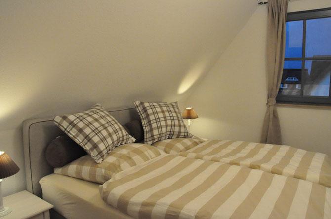 Doppelschlafzimmer im Obergeschoß mit modernem Boxspringbett