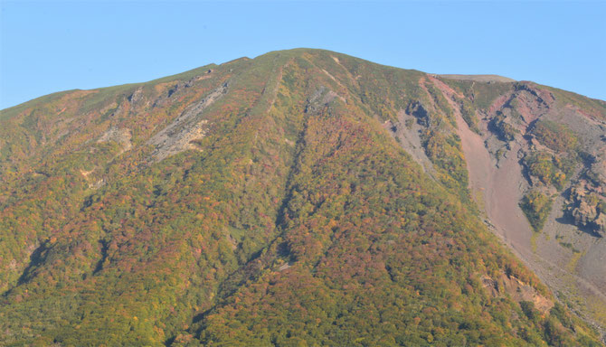 岩手山の紅葉具合を鞍掛山山頂から間近で見るのも今回の登山の目的でした。いつもより大きく感じたなあ。