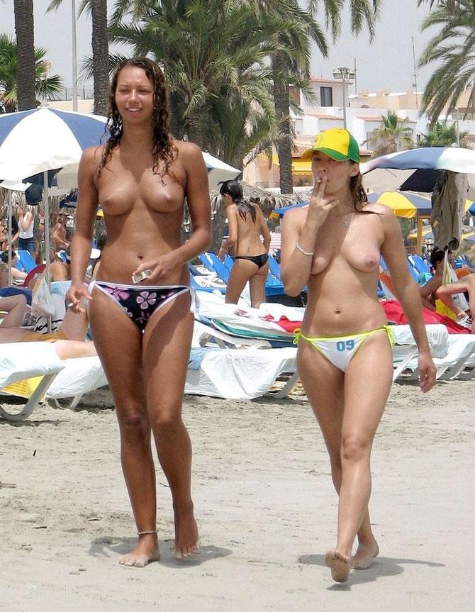 Parte De Chicas Desnudas En La Playa Derecha