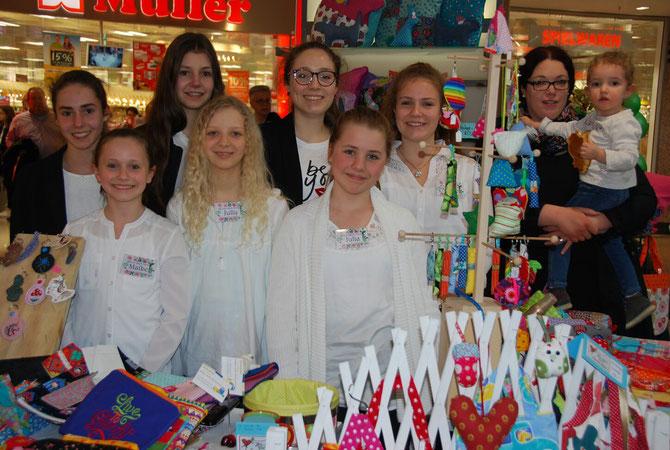 v.l.n.r. Anna Spanier, Maike Jager, Lisa Spanier, Julia Thielen, Hanna Jager, Julia Berger, Nicole Jager und Frau Kreutzer-Jacob mit Tochter Marie.