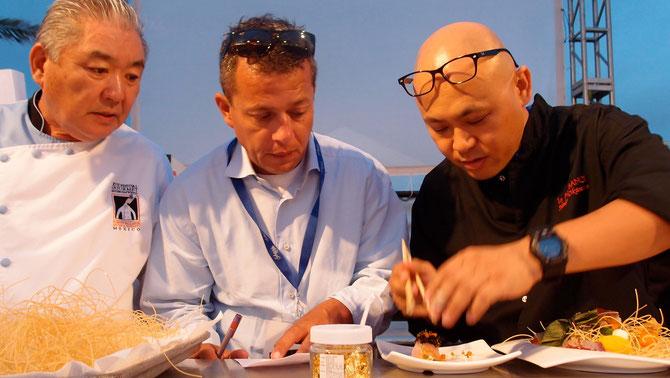 Nick-sanの日本人オーナーシェフと共に懐石に使う繊細な材料を聞き出し神妙にメモするオスカルさん。