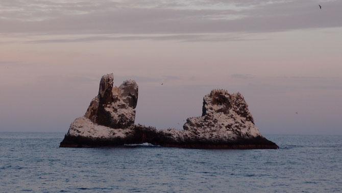 海から聳えるむき出しの巨大な岩の島Rock Portida, Socorro Is.  ( Mexico )