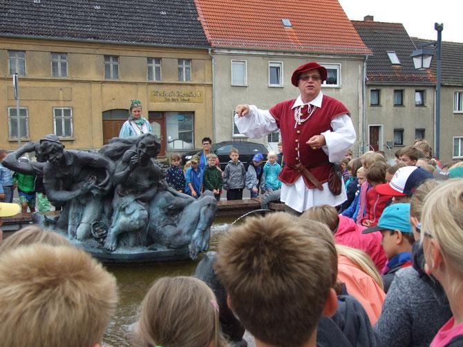Die Schüler am Schildbürgerbrunnen
