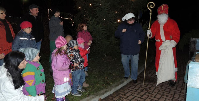 Der Nikolaus kam von seinem Gefährt herunter und brachte eine spannende geschichte mit nach Klinze.