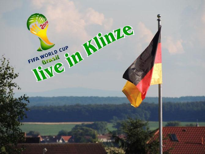 Die Fahne weht über den Dächern von Klinze, im Hintergrund kann man den Brocken erkennen, ob man das Fähnchen allerdings von dort aus erkennt.....?