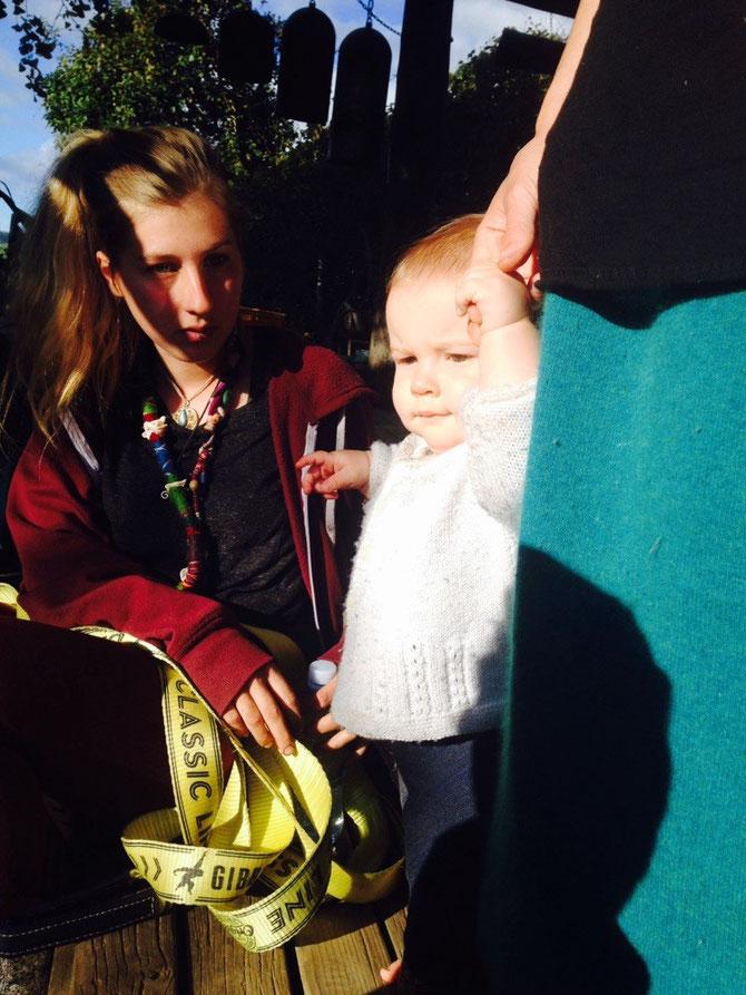 Baby genießt auch die Sonne